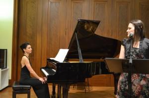 """Begleitet von der Pianistin Claudia Perez Inesta die Episode """"Wetterfahne"""" aus der """"Winterreise"""" vortragend"""